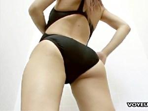 【着替え盗撮動画】細い身体にデカ尻の素人ギャルが明らかに小さい競泳水着を無理矢理着る様子を隠し撮りww