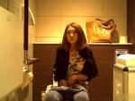 【素人トイレ盗撮動画】行列が出来るカフェの綺麗な女子トイレを高画質盗撮…カメラの位置が妙にリアル…