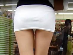 【透けパン盗撮画像】白タイトスカートでパンツが透けた素人のムッチリ太ももを背後から隠し撮りww