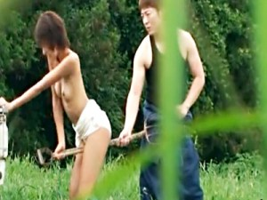 【青姦盗撮動画】虫も飛ぶ広大な畑の真ん中で変態女を調教するドS男…それを撮影する友人が映像を流出ww