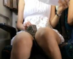 【電車パンチラ盗撮動画】対面に座るミニスカワンピースのお嬢さんの座りパンチラを車内で隠し撮り…