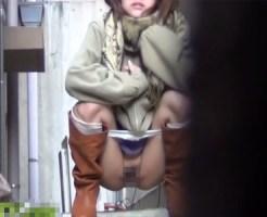 【無修正トイレ盗撮動画】寒空で冷えた素人が路地裏で野ション…和式スタイルでオシッコ隠し撮りww