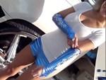 【キャンギャル盗撮動画】ホットパンツで十分エロいコンパニオンがボリューム満点の胸チラww
