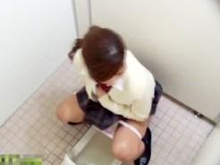 【無修正動画】女子トイレでおしっこする女子校生が放尿後に激しい指オナニーを接写で隠し撮りww