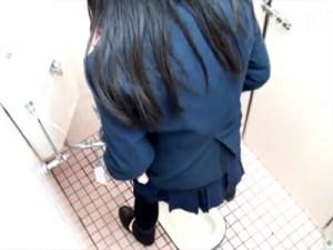 【無修正おしっこ隠撮動画】駅の公衆トイレでガチ隠し撮り…おまんこ丸見えで放尿する女子達ww