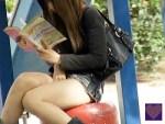 【野外オナニー隠撮動画】BL雑誌を読みながら公園で我慢出来ず自慰行為をするミニスカギャルを隠し撮りww