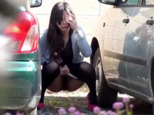 【野ション隠撮動画】我慢出来ず野外駐車場に隠れてオシッコする素人が隠し撮りに気付いた瞬間ww