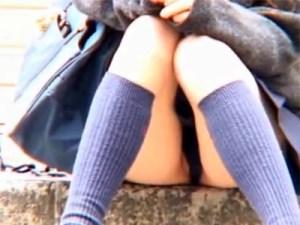"""【パンチラ隠撮動画】無毛でぷっくり…綺麗に剃毛されたパイパン女子校生の""""まんちら""""を隠し撮りww"""
