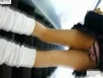 【スカート捲り盗撮動画】帰宅中の女子校生を駅のエスカレーターで捲り上げてパンモロを接写撮りww