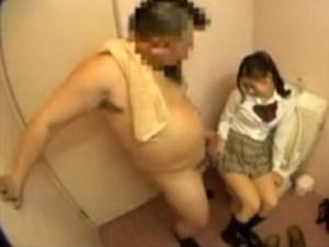 【援交隠撮動画】ド変態オヤジが個室トイレで女子校生にオナニー見せながら手コキ強要を隠しカメラ撮り…