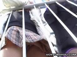 【パンチラ隠撮動画】屋上に並ぶ女子校生の制服スカートが風でチラチラ見える様子を接写で隠し撮りww