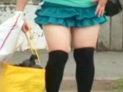 【パンチラ隠撮動画】ムチムチ太ももに黒ニーソックスを履いた女子大生の座りパンチラを隠し撮りww