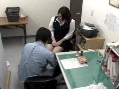 【万引き隠撮動画】商品盗ったことを一切認めない素人OLを身体検査…パンストの手触りに興奮止まらぬ店長ww