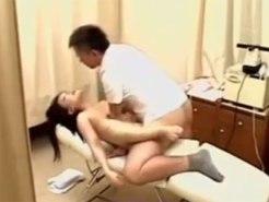 【マッサージ隠撮動画】触れるか触れないか…そんな距離で指圧する整体師に喘ぎ声を我慢する素人に…