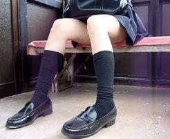【パンチラ隠撮動画】駅の待合室で電車を待つ女子校生の太ももの隙間から一瞬見える純白パンツを隠し撮りww