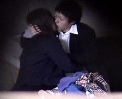 【SEX隠撮動画】リアルな映像とアングル…女子校生カップルが河川敷の高架下で制服着衣セックスww