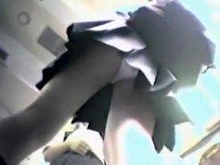【逆さ撮り隠撮動画】電車内でミニスカ制服の女子校生を狙う…食い込んだ綿パンツを隠し撮りww
