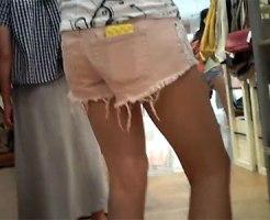 【逆さ撮り隠撮動画】ホットパンツに生足の露出ギャルを高画質な小型カメラ使って隙間からパンチラ隠し撮りww
