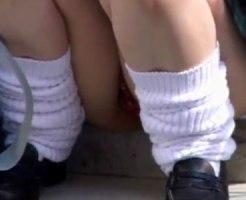 【パンチラ隠撮動画】友達を待つのに道端で座って携帯いじる女子校生の座りパンチラを接写撮りww