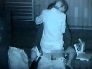 【赤外線カメラ隠撮動画】ビルとビルの影に隠れて夜中に青姦セックスするカップルを隠し撮りww