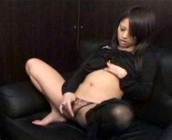 【オナニー隠撮動画】ネカフェ内で黒パンストを脱ぎパンツを脱ぎ剛毛マンコを刺激する素人女性ww