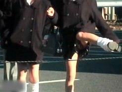 【パンチラ隠撮動画】ロープを飛び越えて道のショートカットする女子校生の足上げた瞬間のパンチラww