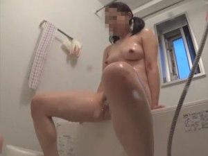 【おしっこ隠撮動画】自宅のお風呂でオシッコをする妹を隠しカメラ撮り…パイパンマンコから超飛び散るww