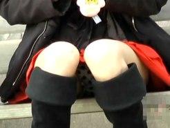 【パンチラ隠撮動画】水玉模様のパンツが丸見えの素人…ベルトが壊れてパンツ丸出しを隠し撮りww