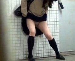 【お漏らし隠撮動画】駅の公衆トイレに間に合わずにオシッコ漏らした女子校生がノーパンで帰宅ww