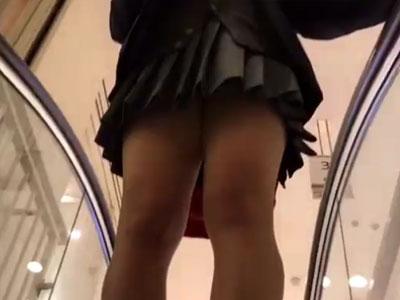 【逆さ撮り隠撮動画】山手線で帰宅する女子校生を追尾しながらパンチラを粘着に隠し撮りww