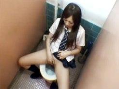 【トイレオナニー隠撮動画】細い身体のスタイルが良い女子校生が学校のトイレで潮吹きフィニッシュww