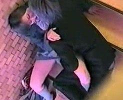 【青姦隠撮動画】イケメン彼氏の言いなりペットなのか…階段の踊り場で性行為をする女子校生カップルww