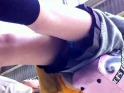 【逆さ撮り隠撮動画】駅ホームで電車を待つ女子校生のパンチラを隠し撮りした生々しい映像がコチラ…