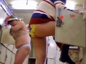 【脱衣所隠撮動画】むっちり太ももがエロ過ぎる素人女性が女湯で着替える様子を隠しカメラ撮りww