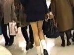 【逆さ撮り隠撮動画】駅構内のショッピングセンターを楽しそうに歩く女子校生たちのパンチラを隠し撮りww