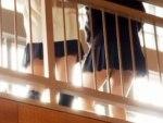 【逆さ撮り隠撮動画】体育館のキャットウォークで授業をサボる女子校生2人組のパンチラを隠し撮りww
