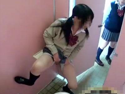 【おしっこ隠撮動画】公衆便所で立ちションしてるところを友達に見せて悪ふざけする女子校生を隠しカメラ撮りww