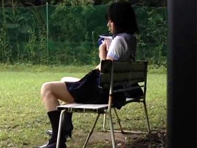 【野外オナニー隠撮動画】誰も居ない一人っきりの開放的なグラウンドで自慰行為をする女子校生を隠し撮りww