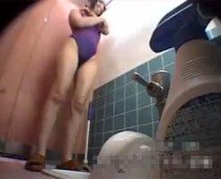 【和式トイレ隠撮動画】スイミングスクールの女子便所に仕掛けた隠しカメラで全裸女子が放尿ww