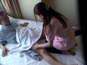 【マッサージ盗撮動画】ビジネスホテルに呼んだ女性整体師のマンコの濡れを見逃さなかった客が本番交渉ww