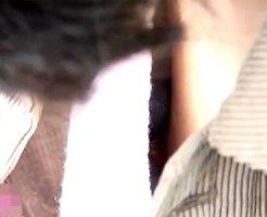 【胸チラ盗撮動画】携帯に夢中で無防備な胸元から乳輪&乳首を隠し撮りされてしまった素人たちww