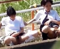 【野ションJK盗撮動画】田舎の学校には良くある光景!?友達同士…集団でオシッコを飛ばし合う女子校生ww