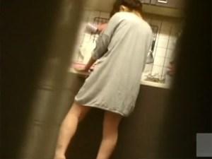 【人妻オナニー盗撮動画】台所で料理中の嫁を隠し撮り…性欲を抑えきれなくなりキッチンで指オナを家庭内盗撮ww