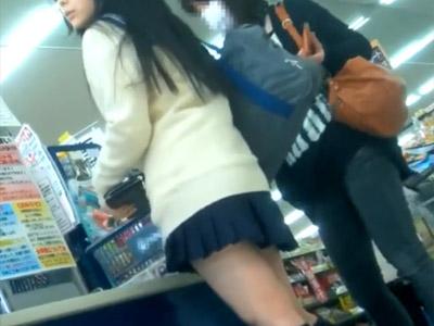 【JK逆さ撮り盗撮動画】スーパーで買い物をする可愛いミニスカ女子校生のピンクパンティーを接写撮りww