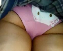 【JK逆さ撮り盗撮動画】可愛いネコがプリントされた下着を履いた女子校生を駅ホームで隠し撮りww