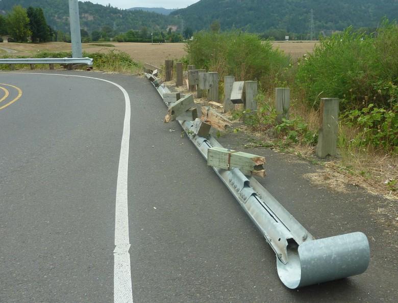 Salirse de la vía, una de las consecuencias habituales de las distracciones al volante