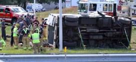 Camión blindado se vuelca y desparrama dinero que transportaba