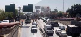Falta de alternativas lleva a tráilers a zona urbana de Monterrey