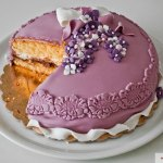 Torta Pan di Spagna farcita alle creme, coperta e decorata con pasta di zucchero