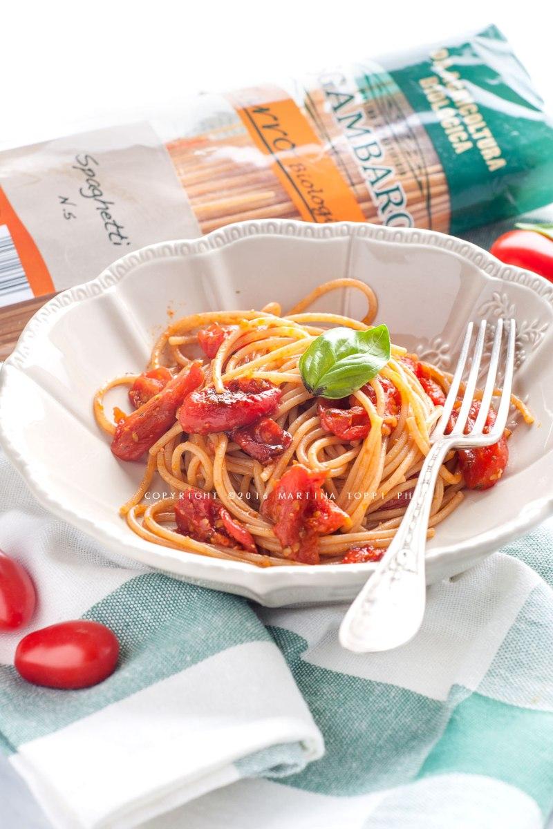 Spaghetti di farro con pomodorini caramellati o confit in padella